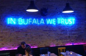 "Parole neon blue: ""IN BUFALA WE TRUST"". © 2018, Photo: Fritz Hermann Köser, Caption: Stefan Pribnow"
