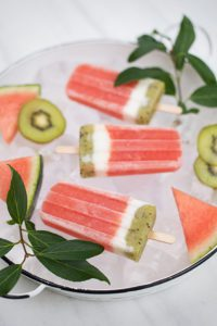 Gorgeous melon pops of and with – sort of straw, silly. © STROH
